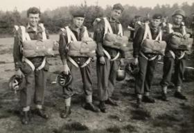 Hornchurch Airfield, 3 Coy, 10 Para ready for ballooning C1956