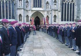 Airborne and Para veterans lining the entrance to St Wulframs Church, Grantham,  for Richard Todds memorial service, 10th May 2010.