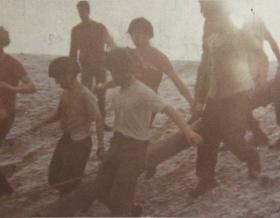 421 Platoon P Coy December 1975. Log Race