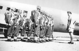 Recruits about emplane a Dakota