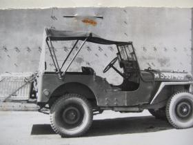 Additional stowage on the rear hull of Airborne jeep for wicker basket supply case, c.1944