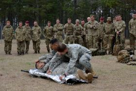 Paratroopers train with US Army medics, 25 March 2015.