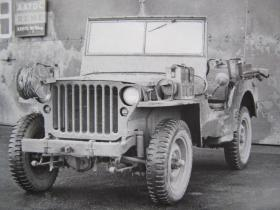 Airborne Signals Jeep showing spare battery stowage on wing, c. 1944