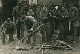 Men of 1st Airborne Reconnaissance Sqn and Parachute Reg clean guns after withdrawal.