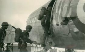 15th Battalion boarding C-47 during training exercises at Netheravon, c.1947.