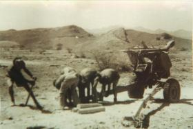 Members of 3rd Royal Horse Artillery prepare their gun position, Thumier Airfield, Aden, 1964