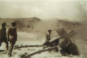 105mm Howitzer of Royal Horse Artillery in action, Thumier Airfield, Aden, 1964