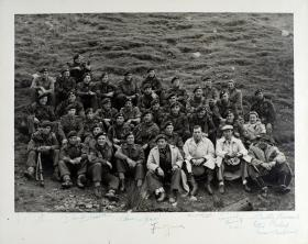 Photograph of Alan Ladd with members of the Parachute Regiment used in the film 'The Red Beret', based on the Bruneval Raid