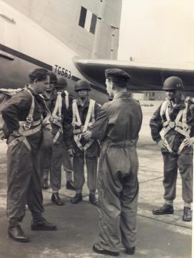 Members of 629 Airborne Light Regiment are briefed by a PJI, RAF Abingdon, 1955.