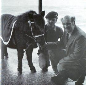 Tex Banwell presenting his gift of Pegasus to Pte S Mulholland, the Pony Major, 1977