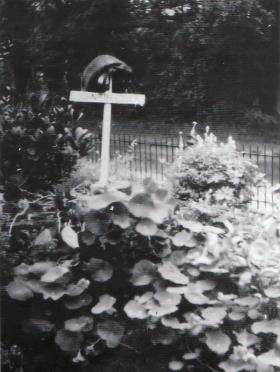 Temporary grave of Cpl 'Max' Rodley, in a slit trench in the garden of No 8 Stationweg, Oosterbeek, 1944