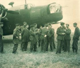 Members of S Coy, 1 Para mingling with RAF crew at Hurn Airfield, 1942