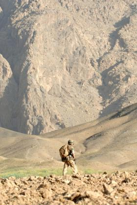 Soldier of 3 PARA in the hills of Zabul