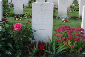 Headstone of Captain Nigel Beaumont-Thomas MC, Arnhem Oosterbeek War Cemetery, 2009.