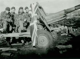 Members of 3 PARA with a captured Argentine 105mm Howitzer, Falklands, 14 June 1982.