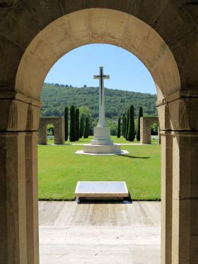 The Cross of Sacrifice at CWGC Florence War Cemetery, July 2012.