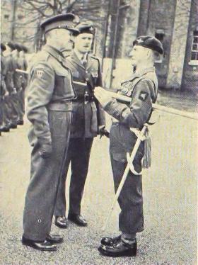 Lt Gen Down speaks to RSM Davies (2 PARA) on his farewell vist to 16 Ind Para Bde, 1955