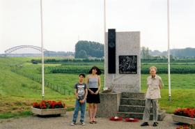Veteran Zdzislaw Galasiak with his grandchildren at the Royal Engineers and Royal Canadian Engineers Memorial, 2007.