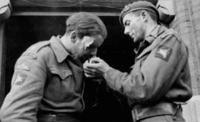 Major Lonsdale accepts a light from Lt Polley after Arnhem, Njimegen 26 September 1944.