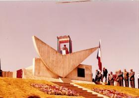 The Colonel in Chief gives a speech from the top of the memorial, Bruneval, 1982.