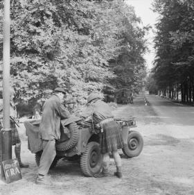Officers of No 1 Wing, Glider Pilot Regiment, confer near Arnhem, 18 September 1944.