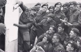Lt Bob Midwood briefs No 2 Platoon, 22 Ind Para Coy, prior to Normandy, June 1944