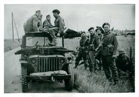 Commandos of 1st Special Service Brigade with captured Germans