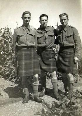 Paul Howell (right) with members of The Queen's Own Cameron Highlanders, 1941.