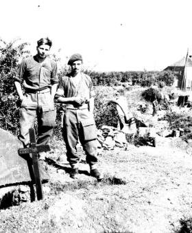 The field burial grave of Pte Harvey, Normandy, June 1944.