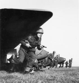 Airborne Divisional Signallers on exercise, Bulford, 24 November 1942.