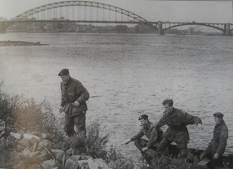 4 escapers of 1 Para Sqn RE with boat on Rhine