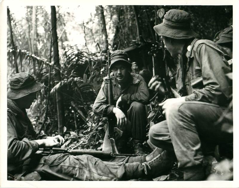 2 PARA soldiers on a pause during jungle patrol, Borneo.