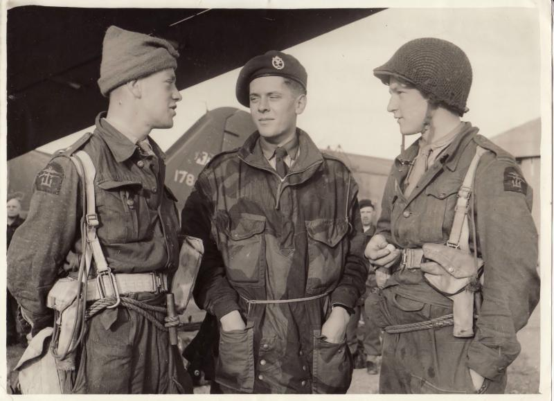 Derrick Bentham speaks with soldiers at Maison Blanche Airfield, 1942