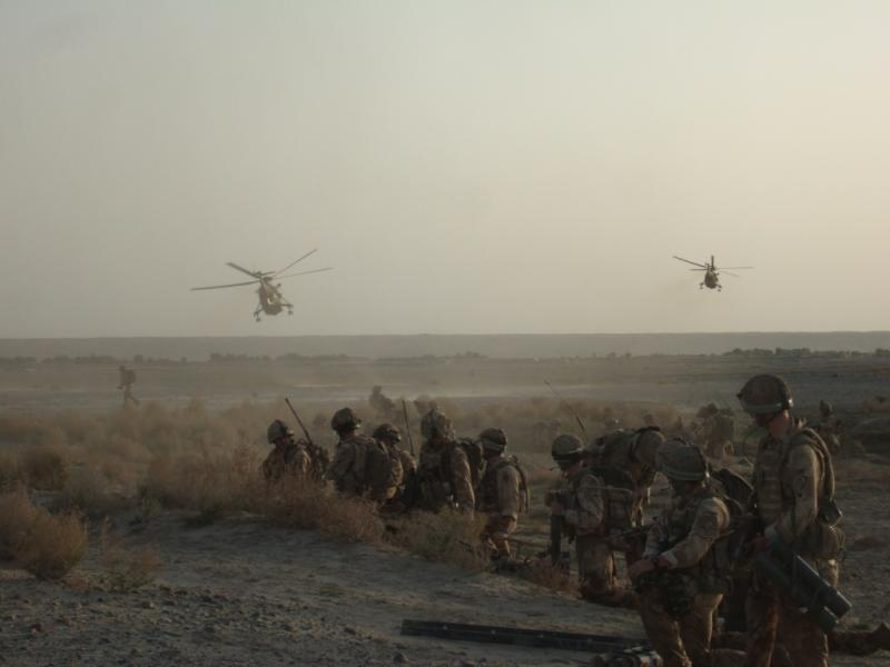Paratroopers extract after hunting Taliban bomb-maker