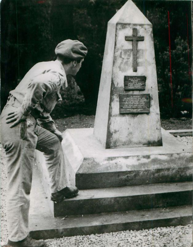Mike Lewis, late 2nd Parachute Battalion, at the memorial in the Red