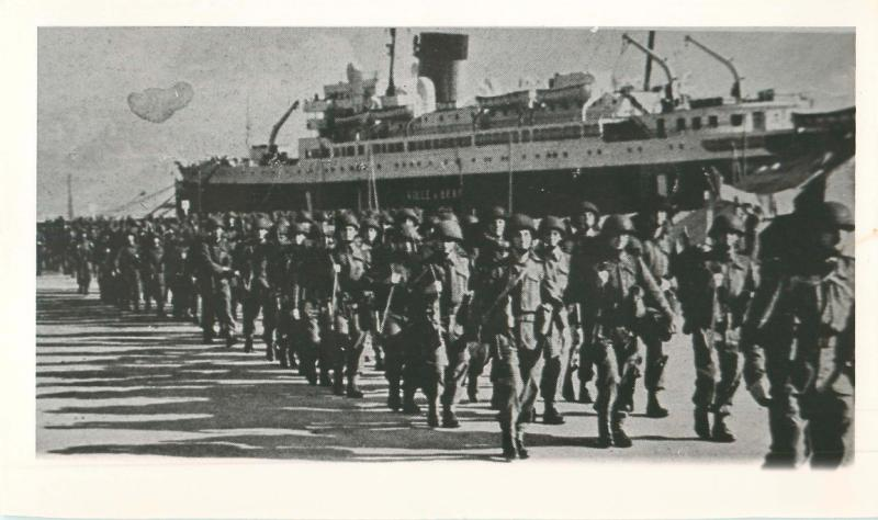 Men from 1st Parachute Battalion disembark from a ship in Algiers, North Africa.