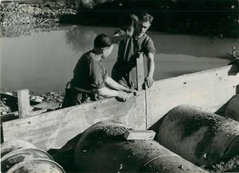 Two men of 1st Parachute Squadron RE concreting a bridge, December 1942.